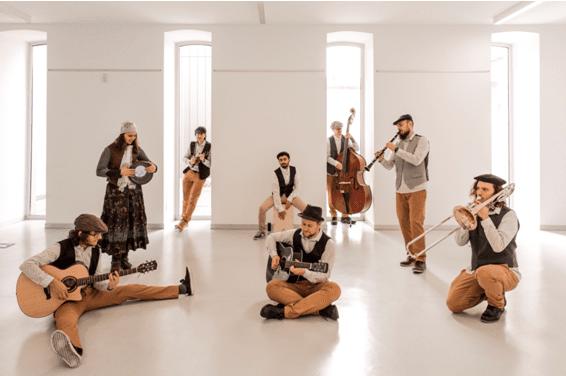 La moda de alta costura y la música desfilan unidas en Palencia